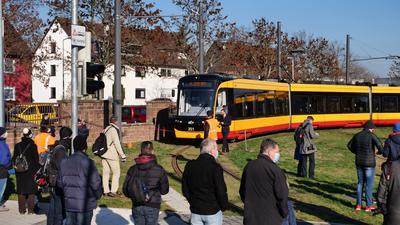 Der Anschluss beginnt und endet vor der Tür: Die Linie 2 fährt künftig vier Haltestellen mehr ab und bindet den Stadtteil Knielingen ans Tramnetz von Karlsruhe an. Zur Eröffnung am Samstag kamen zahlreiche Anwohner und Schaulustige.