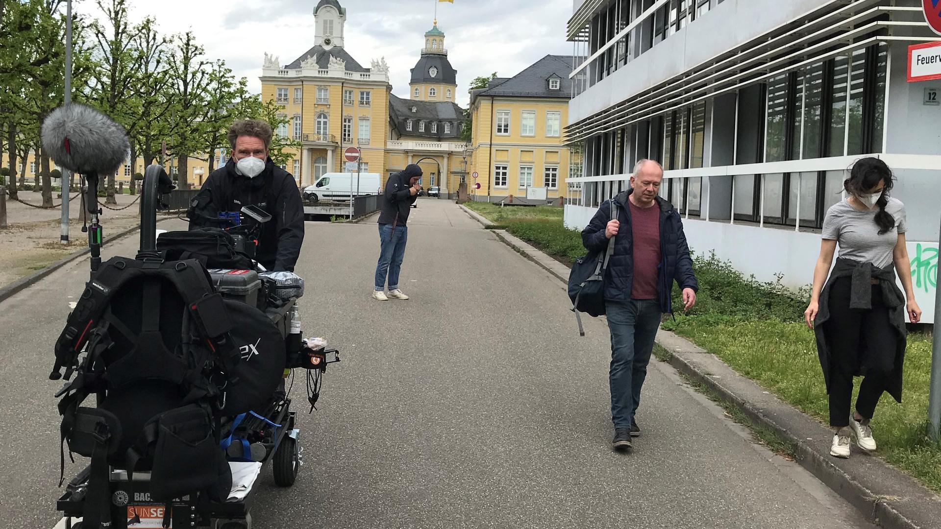 Quer durch die Innenstadt: Das Filmteam ist auf der Suche nach einem Straßenschild von der Waldhornstraße ohne Baustelle im Hintergrund.