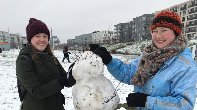 Gemeinsames Projekt: Für ihren ersten Schneemann seit Jahren haben Valeria Thoma (links) und Ida Möckel sich im Citypark verabredet.
