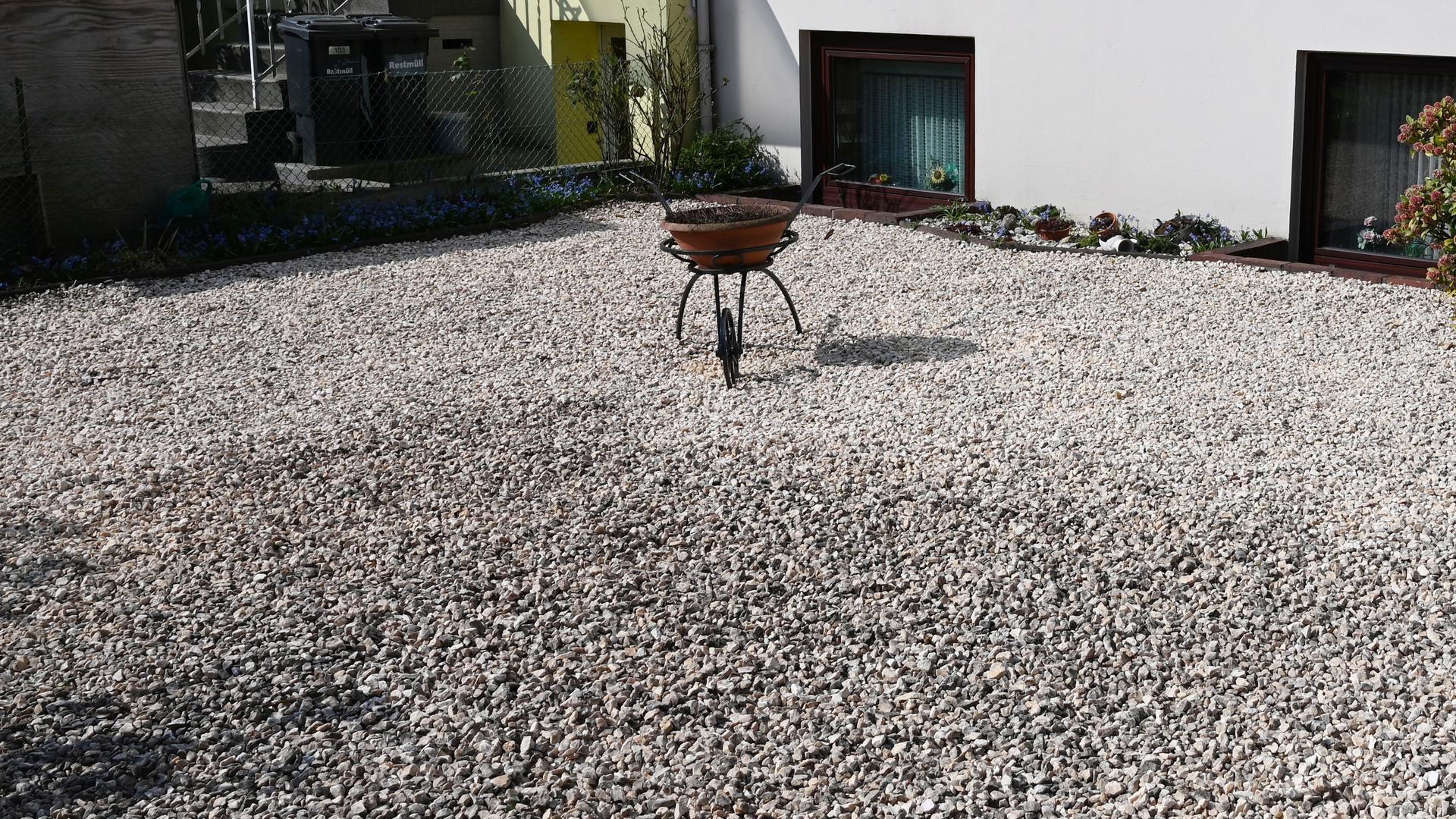 Das Bauamt reagiert auf Anzeigen: Eine Rückverfolgung von Schottergärten können die Kommunen und der Landkreis Karlsruhe nicht leisten. Verstöße gegen das Verbot nehmen die Bauämter aber auf.