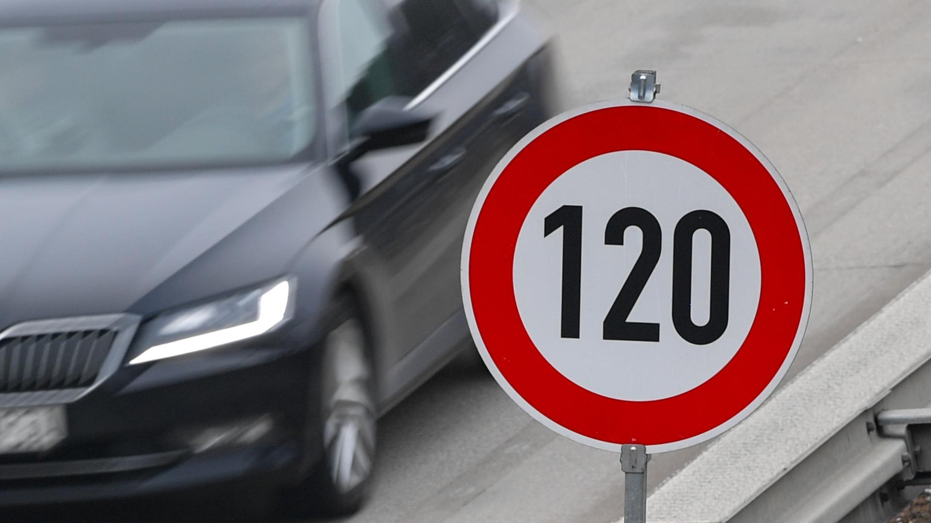Auf der Autobahn steht ein Schild zur Höchstgeschwindigkeit von 120 Stundenkilometern.