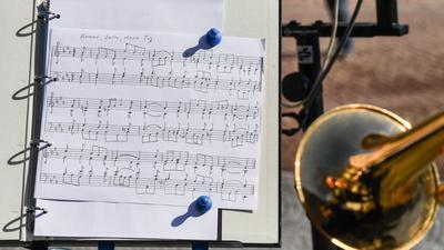 Noten des Stücks «Kommt, Seelen, dieser Tag» sind zum 333. Geburtstag von Johann Sebastian Bach am Bach-Denkmal vor dem Bachhaus für die Musiker aufgestellt.