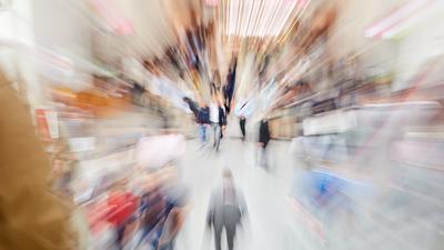 Zoom auf viele Menschen in einem Einkaufszentrum