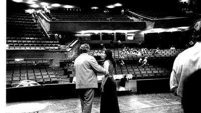 Die Akustik wird auf die Probe gestellt: Im August 1975 laufen die Vorbereitungen auf der Bühne im Großen Haus für die anstehende Eröffnung des Neubaus.