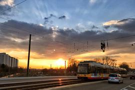Eine Straßenbahn fährt durch Karlsruhe (Symbolbild)