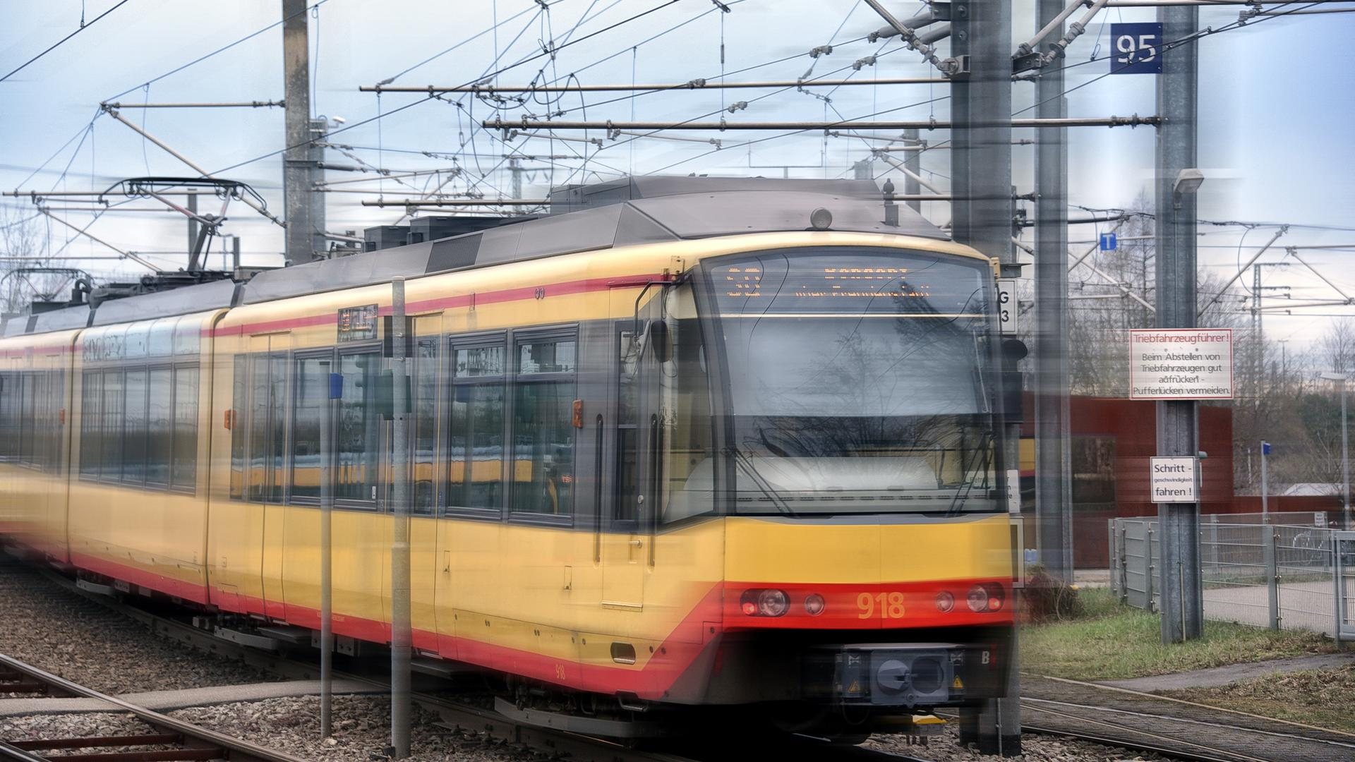 Eine Straßenbahn fährt (Symbolbild)
