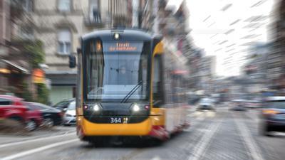 Eine Straßenbahn fährt in Karlsruhe. (Symbolbild)