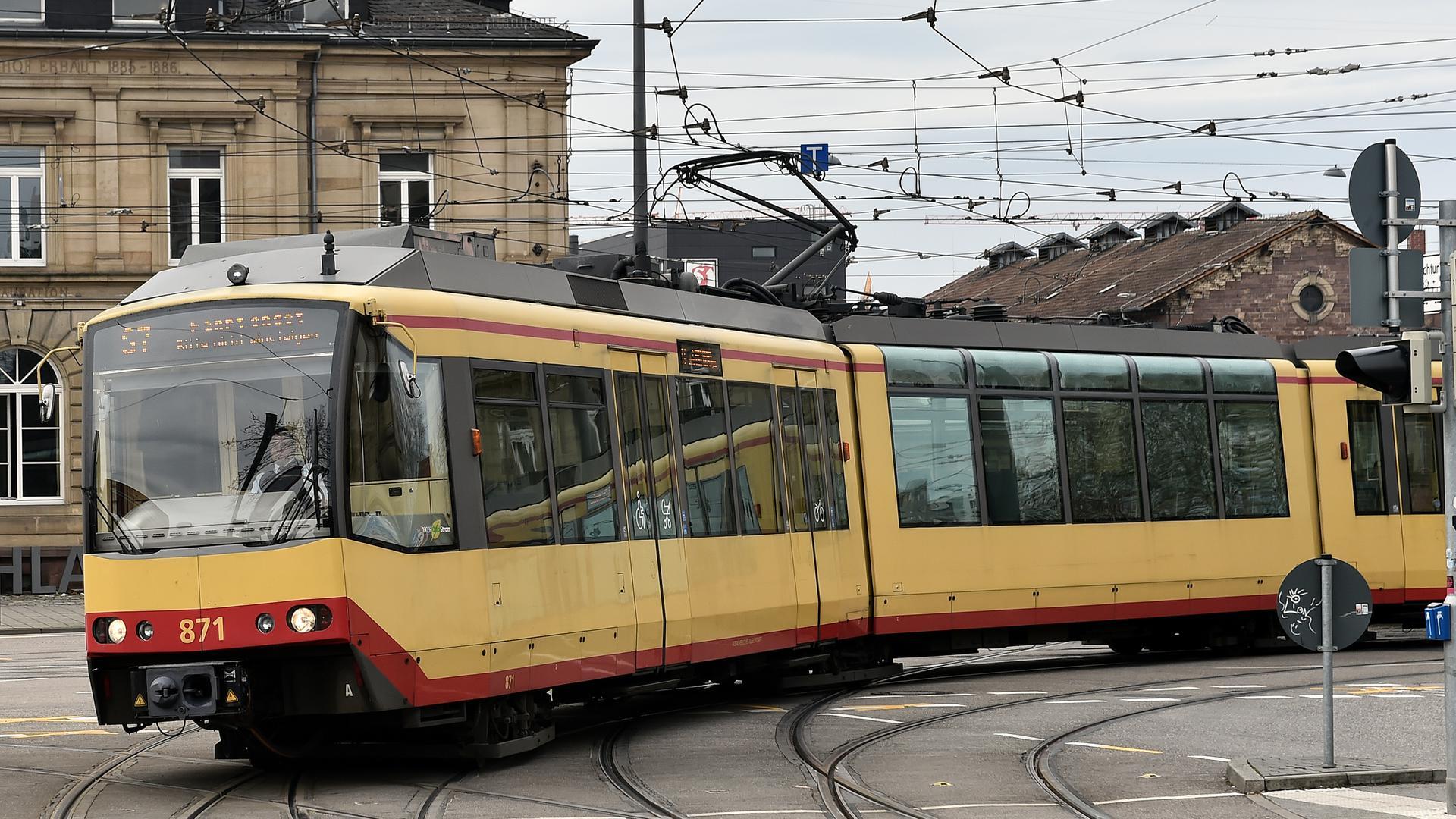 Eine Straßenbahn fährt durch Karlsruhe (Symbolbild).