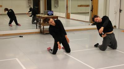 Der Unterricht wird online gemacht: Sarah Kiesecker und Dominik Höß produzieren in der Tanzschule xtra dance einen YouTube-Film mit ihren akrobatisch anmutenden Tanzfiguren. Sarah würde sich Kurse mit Teilnehmern vor Ort wünschen.
