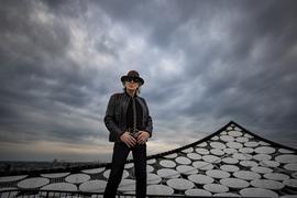 """König von Elblandien: Udo Lindenberg rockt in seinem neuen Musikvideo zur Single """"Mittendrin"""" auf dem Dach der Elbphilharmonie in Hamburg. Am 17. Mai feiert der unkaputtbare Panikrocker seinen 75. Geburtstag."""