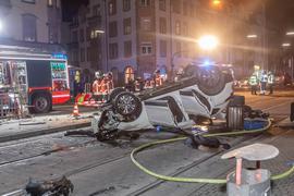Auto auf dem Dach: Ein Fahrer landete nach mehreren Unfällen und einer wilden Tour durch Karlsruhe auf dem Dach.