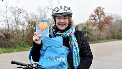 """Ursula Grass liefert als eine """"Blaue Radlerin"""" Unicef-Postkarten nach Hause."""