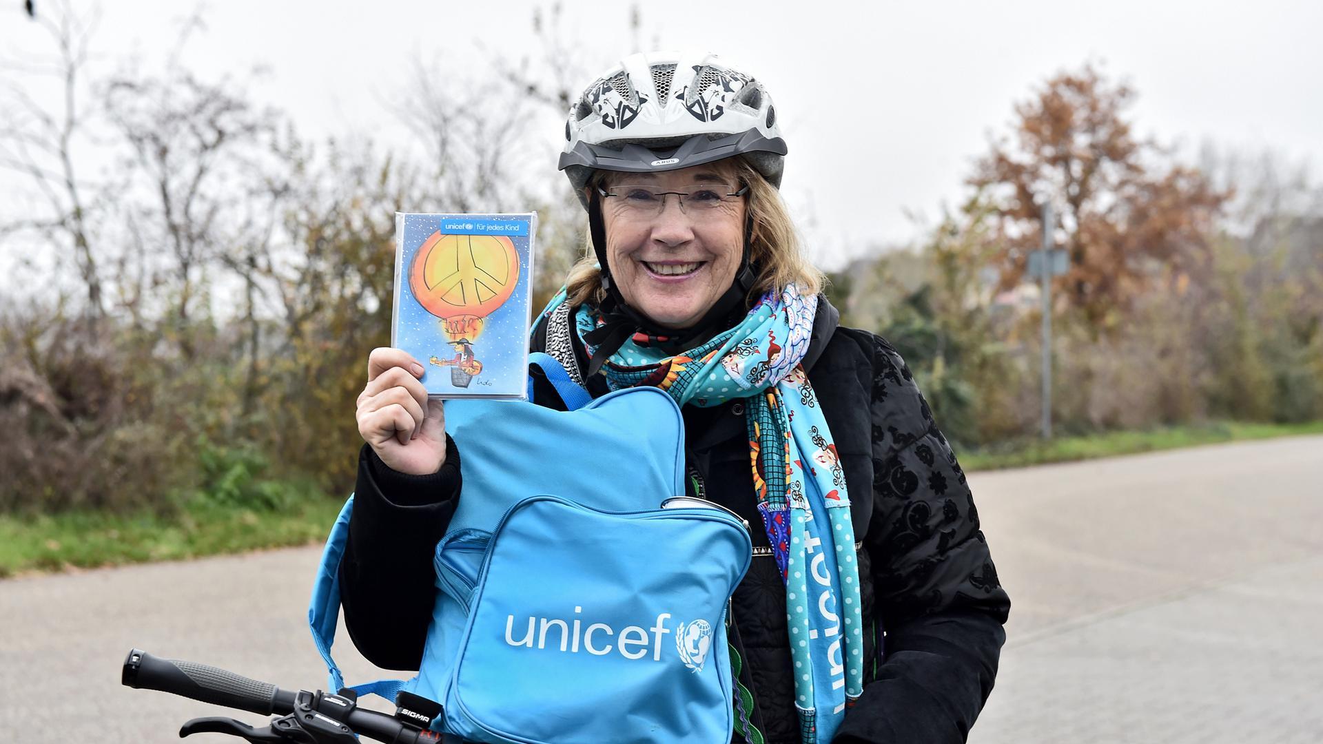 """Ursula Grass liefert als eine """"Blaue Radlerin"""" Unicef-Grußkarten nach Hause."""