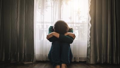 Die Familiengeschichte lastet auf den Betroffenen: Die Erbkrankheit Huntington erleben viele bereits bei einem ihrer Elternteile, bevor sie selbst darunter leiden. Mit einem Gentest können Risikogruppen herausfinden, ob ihnen die Krankheit vererbt wurde.