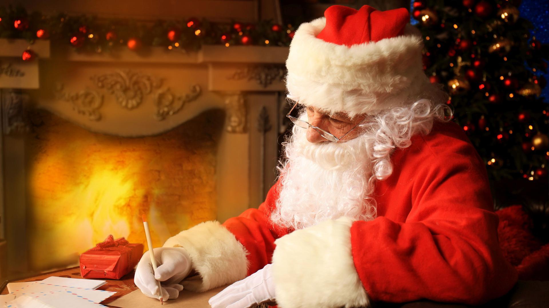 """""""... vielen Dank für Deinen Brief."""" Manchmal schreiben Weihnachtsmann und Christkind sogar zurück. Ehrenamtliche Helfer der Deutschen Post etwa sorgen dafür."""