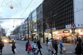 Imbissbuden, Billigläden und Handyshops prägen das Erscheinungsbild der westlichen Kaiserstraße zwischen Europaplatz und Mühlburger Tor. Inhabergeführte Ladengeschäfte sind dagegen Mangelware.