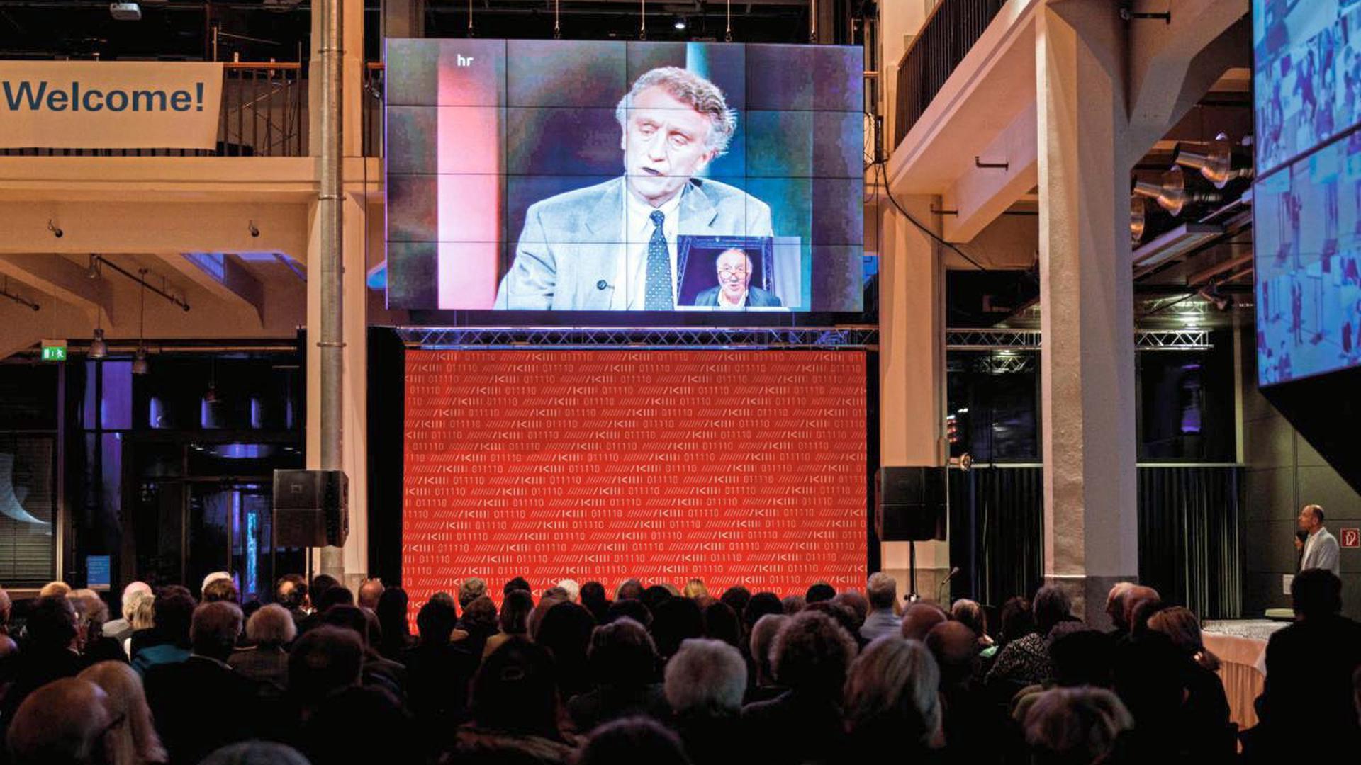 Performance von Peter Weibel mit Videoaufnahmen des ZKM-Gründungsdirektors Heinrich Klotz