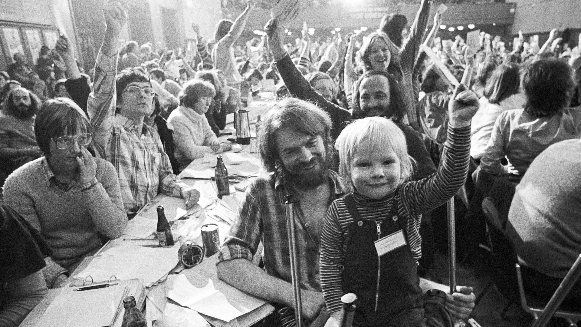 Grüne Geschichte: 1.004 Delegierte versammelten sich am 12. und 13. Januar 1980 in der Karlsruher Stadthalle, einige brachten auch gleich die ganze Familie mit.