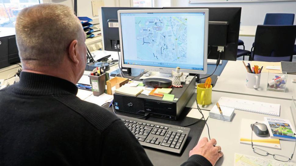 Nach dem Zufallsprinzip wählt der Computer die zu prüfenden Straßen aus. Danach zeichnet sich Lenhard die Abschnitte auf einer Karte ein.