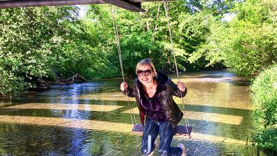 Macht gute Laune: Manuela Liebrecht ist Fan der Schaukeln unter der Theodor-Kunz-Brücke an der Alb und kam oft vorbei.