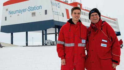 Treffen sich zwei Forscher aus Karlsruhe in der Antarktis: Mitte Januar war KIT-Präsident Holger Hanselka (rechts) in der Neumayer-Station III und begegnete auch seinem Studenten Konstantin Krüger.