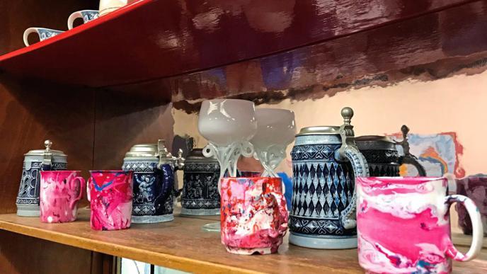 Die Klienten können sich im A³ kreativ betätigen. Ab und zu basteln oder malen sie etwas. Diese Tassen haben sie mit Nagellack verziert.