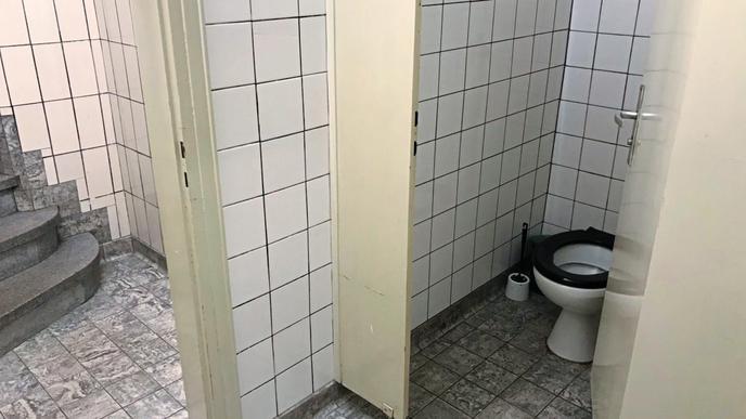 Sofern das Personal im Gastraum das Licht nicht extra anschaltet, leuchtet im Keller bei den Toiletten nur bläuliches Schwarzlicht. Das macht es Drogenabhängigen schwer, sich einen Schuss zu setzen.