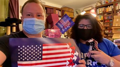 Mini-Wahlparty: James Dymond und Amy Funderburk verfolgen die lange Wahlnacht gemeinsam. Wegen Corona musste die eigentlich geplante große Wahlparty ausfallen. Aber die Stimmung wäre in dem Freundeskreis von fast ausschließlich Demokraten ohnehin gedämpft gewesen.