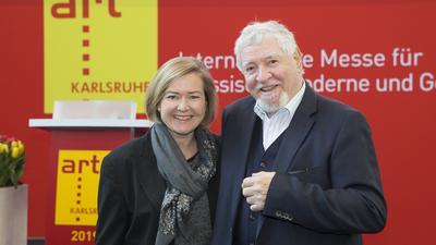 Britta Wirtz, Geschäftsführerin der Karlsruher Messe und Kongress GmbH, und Ewald Karl Schrade, Gründer und Kurator der art Karlsruhe