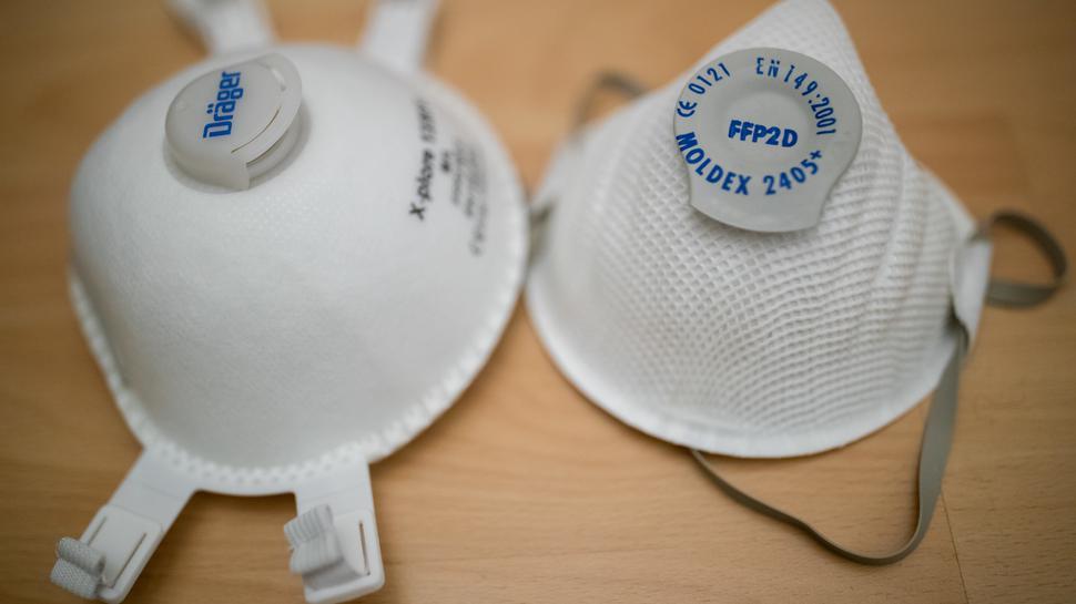 High-End-Schutzmasken: Ein Exemplar des Typs FFP2 (rechts) und daneben ein FFP3-Modell, das weitreichenden Schutz vor Viren bietet.