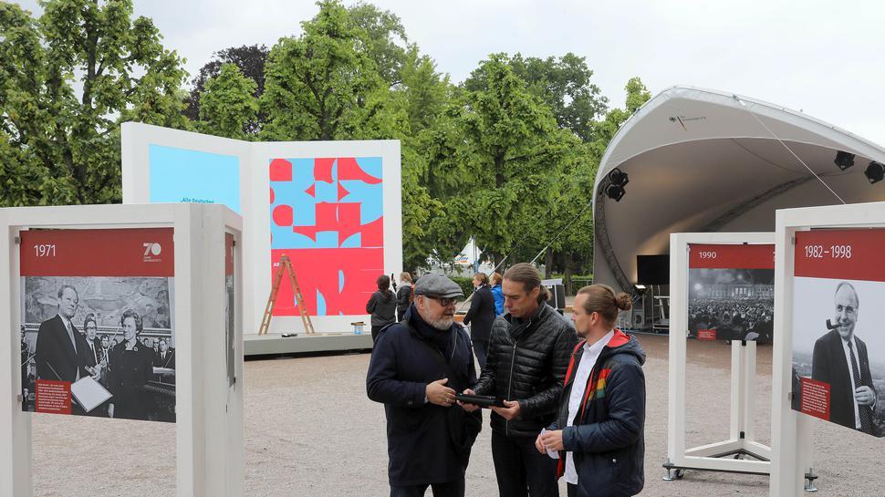 Am Stand der Bundesregierung schauen sich Cheforganisator Martin Wacker sowie seine Mitarbeiter Markus Wiersch und Sebastian Schneider (von links) um.
