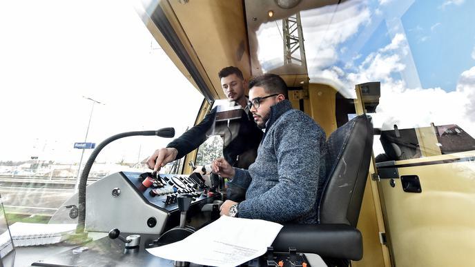 Als Lokführer übernehmen die jungen Männer Verantwortung für die Fahrgäste.