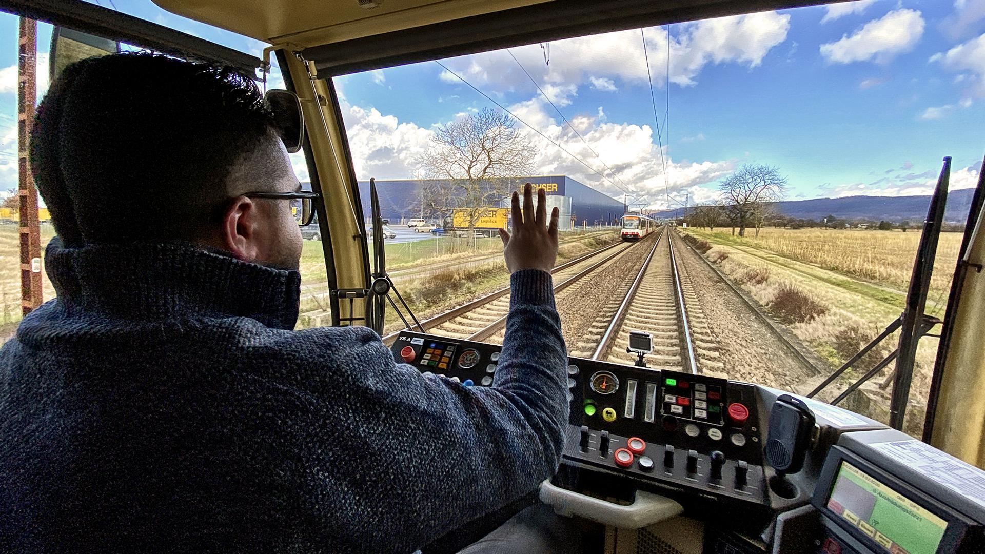 Zukunftschance: Geflüchtete schaffen sich über die Qualifizierung zum Lokführer Sicherheiten und dämpfen den Personalmangel der Verkehrsgesellschaften.