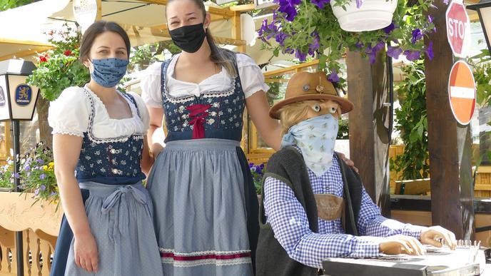 Im Löwenbräu in Baden-Baden werden zum Dirndl Masken getragen.
