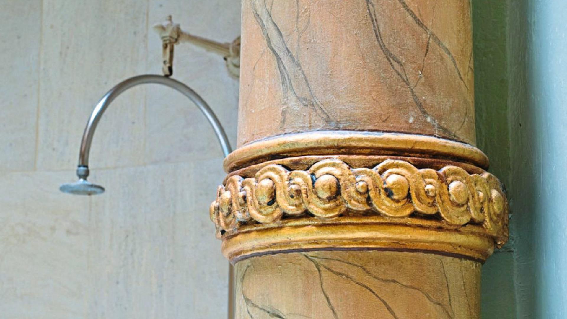 Korinthische Säulen wie diese schmücken das gesuchte Bäderjuwel.