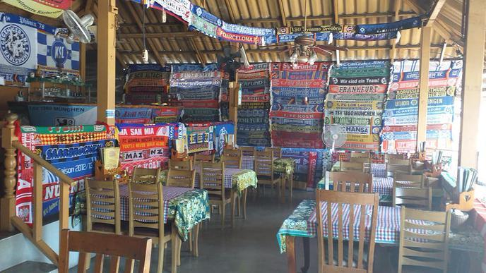 Beliebt bei Fußballfans: Das Baden Restaurant in Thailand mit zahlreichen Fahnen und Schals verschiedener Fußballclubs.