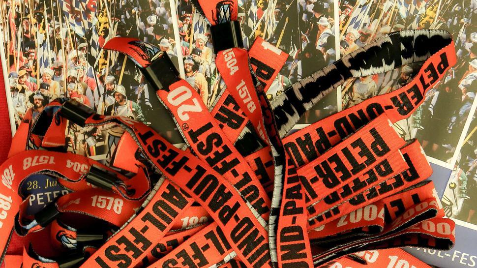 EINEN EURO GÜNSTIGER sind die Bändel für das Peter-und-Paul-Fest im Vorverkauf. Der läuft ab Samstag erstmals auch bei den Brettener Nachrichten. Foto: VAB
