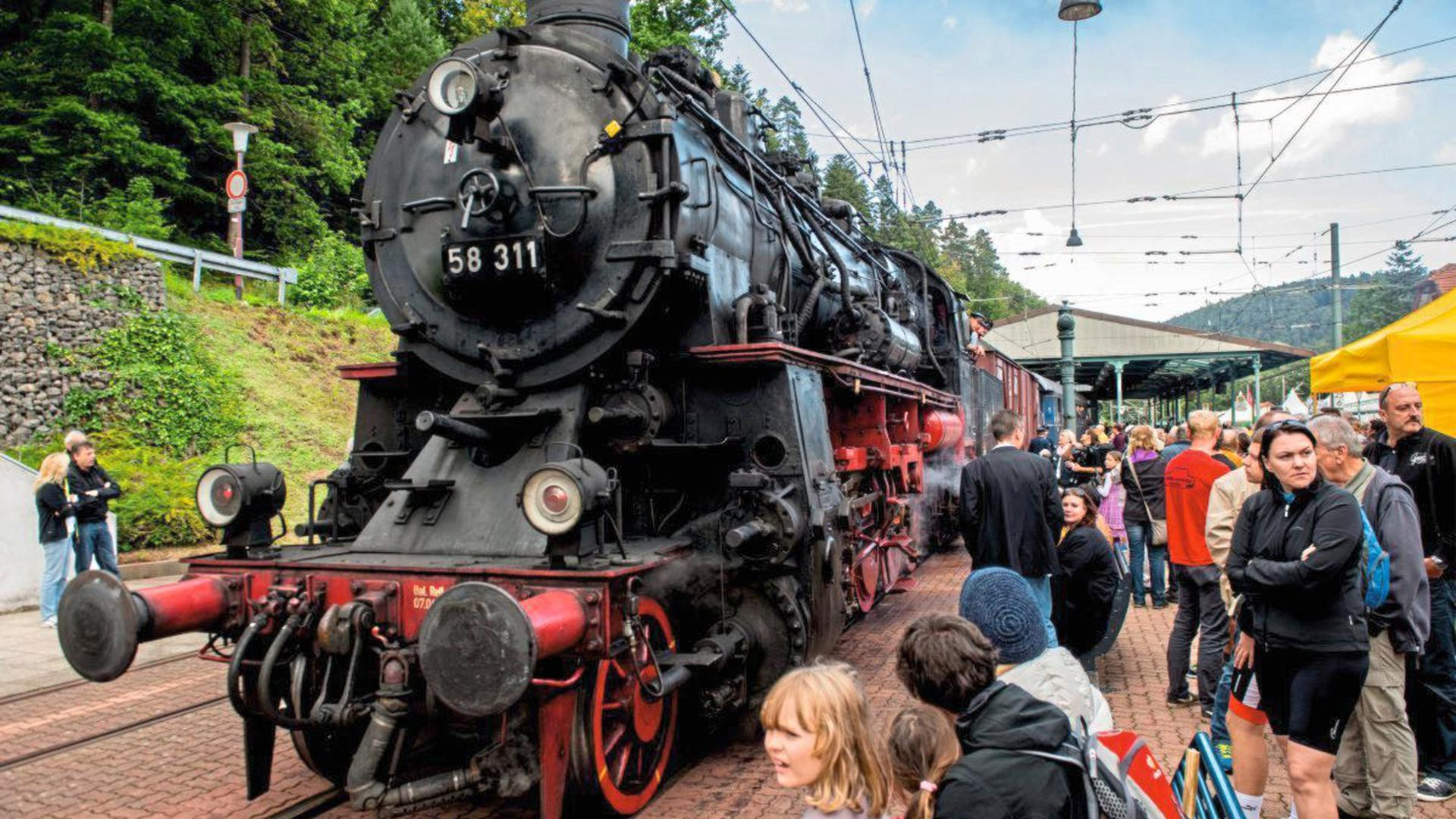 Eine Fahrt mit einem historischen Dampfzug ist bei dem Bahnhofsfest in Bad Herrenalb möglich.