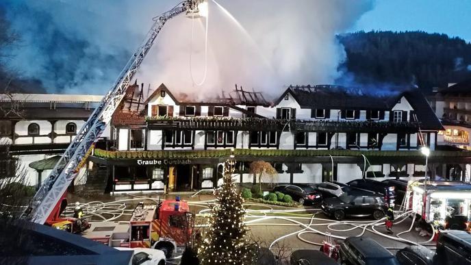 Beim Brand des Drei-Sterne-Restaurants in Baiersbronn im Schwarzwald ist Polizeiangaben zufolge ein Schaden im siebenstelligen Bereich entstanden.
