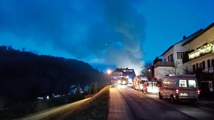 Der Rauch war weithin sichtbar. 63 Gäste des angrenzenden Hotels mussten ihre Zimmer verlassen, weil der Rauch ins Haupthaus geweht war.