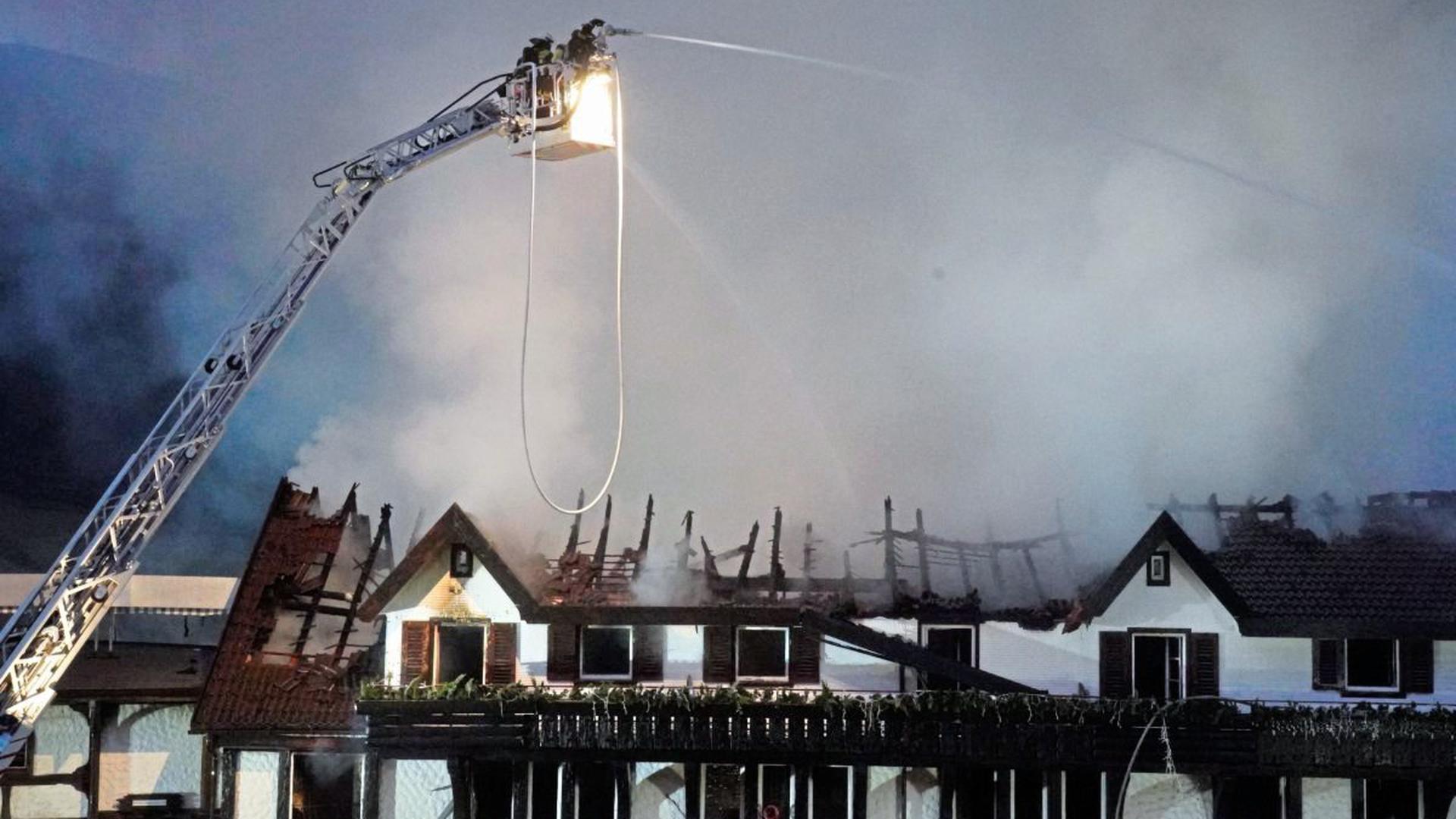 Einsatzkräfte der Feuerwehr löschen den Brand im Altbau des Restaurants im Hotel «Traube Tonbach».