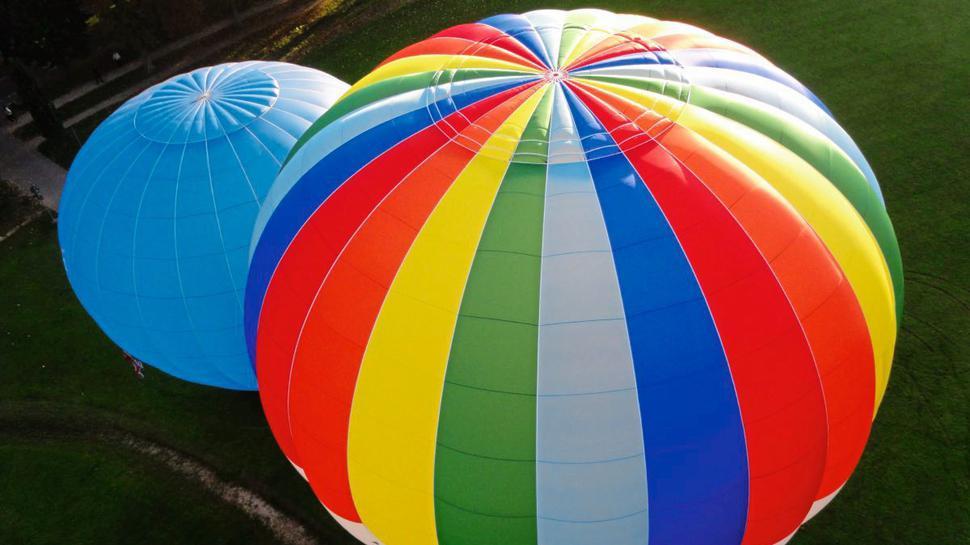Vom Wind geleitet schweben die Heißluftballons von Ballooning 2000 nahezu lautlos über die Landschaft.