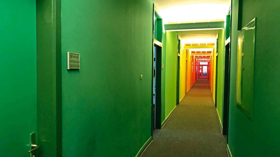 Regenbogenfarben laden in den Flur der Fachstelle Sucht in Karlsruhe ein.