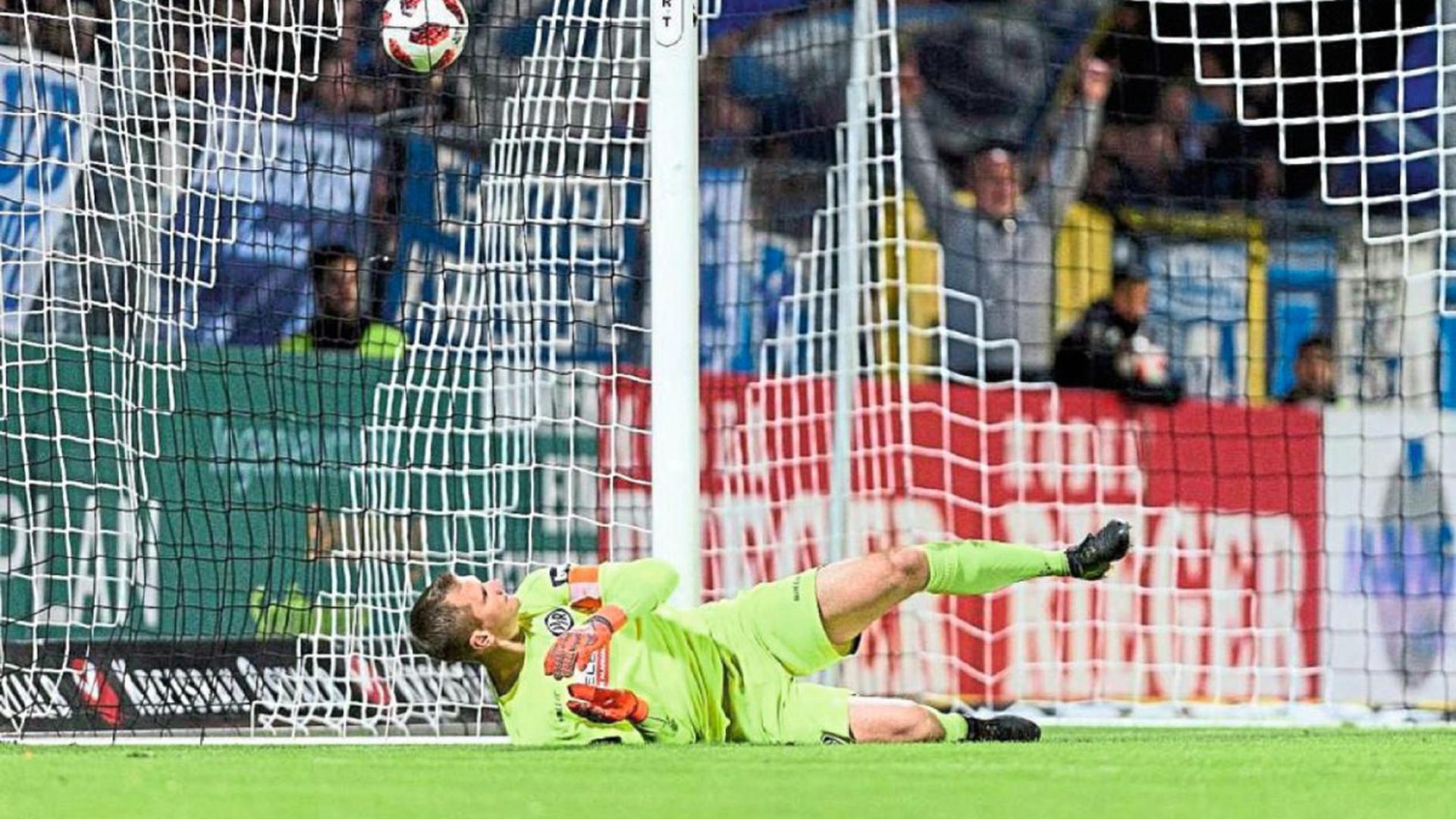 Das Nachsehen hatte der Karlsruher Daniel Bernhardt im Aalener Tor in dieser Saison des Öfteren.