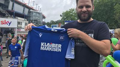 """Patrick Bittigkoffer aus Neulingen hat sich als einer der ersten ein neues Trikot des Karlsruher SC gesichert. Ihm gefallen die Shirts. Er findet sie """"höchstens ein bisschen eng""""."""