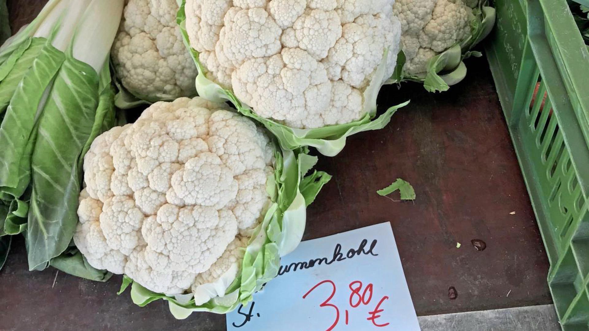 Auf einem Karlsruher Wochenmarkt kostete italienischer Blumenkohl 3,80 Euro das Stück.