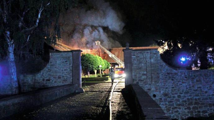 Ein Gebäude des Hofguts Scheibenhardt ist in der Nacht zum Montag in Brand geraten.