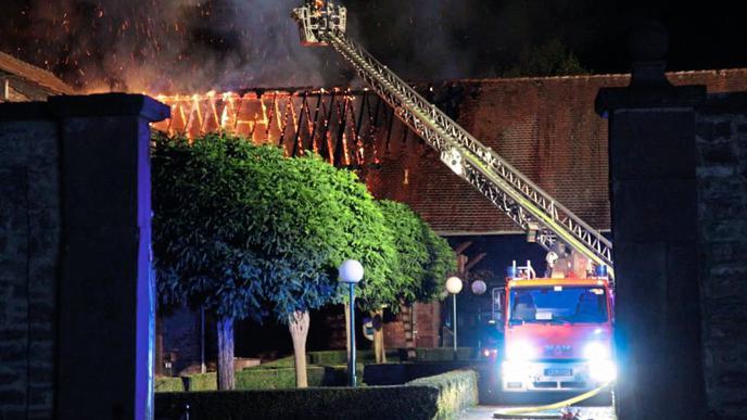 Ein Gebäude des Hofguts Scheibenhardt ist in der Nacht zum Montag zur Hälfte niedergebrannt.