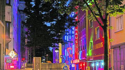 In der Karlsruher Brunnenstraße reiht sich Bordell an Bordell. Prostituierte, die hier arbeiten, kommen meist aus Rumänien, Südamerika oder Asien.