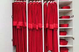Die roten Roben warten auf den nächsten großen Auftritt: Das Markenzeichen des Bundesverfassungsgerichts wurde der traditionellen Richtertracht der Stadt Florenz aus dem 15. Jahrhundert nachempfunden.